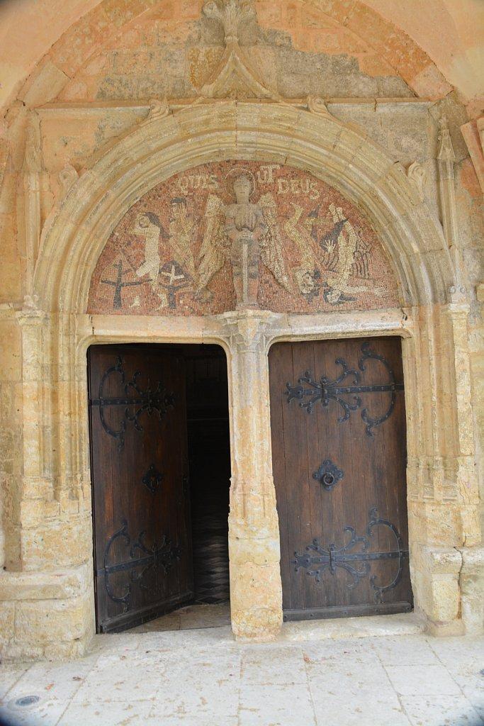 Veronique-portail-eglise.JPG